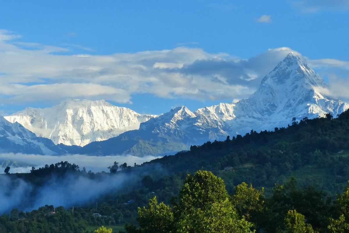Непал, долина Покхара, вид на Гималаи (комплекс Аннапурна) с озера Бегнас. Фото Н. И. Неупокоевой. 7.09.2018