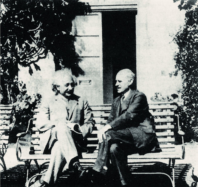 Альберт Эйнштейн (слева) и Артур Эддингтон в Кембридже, 1930 год