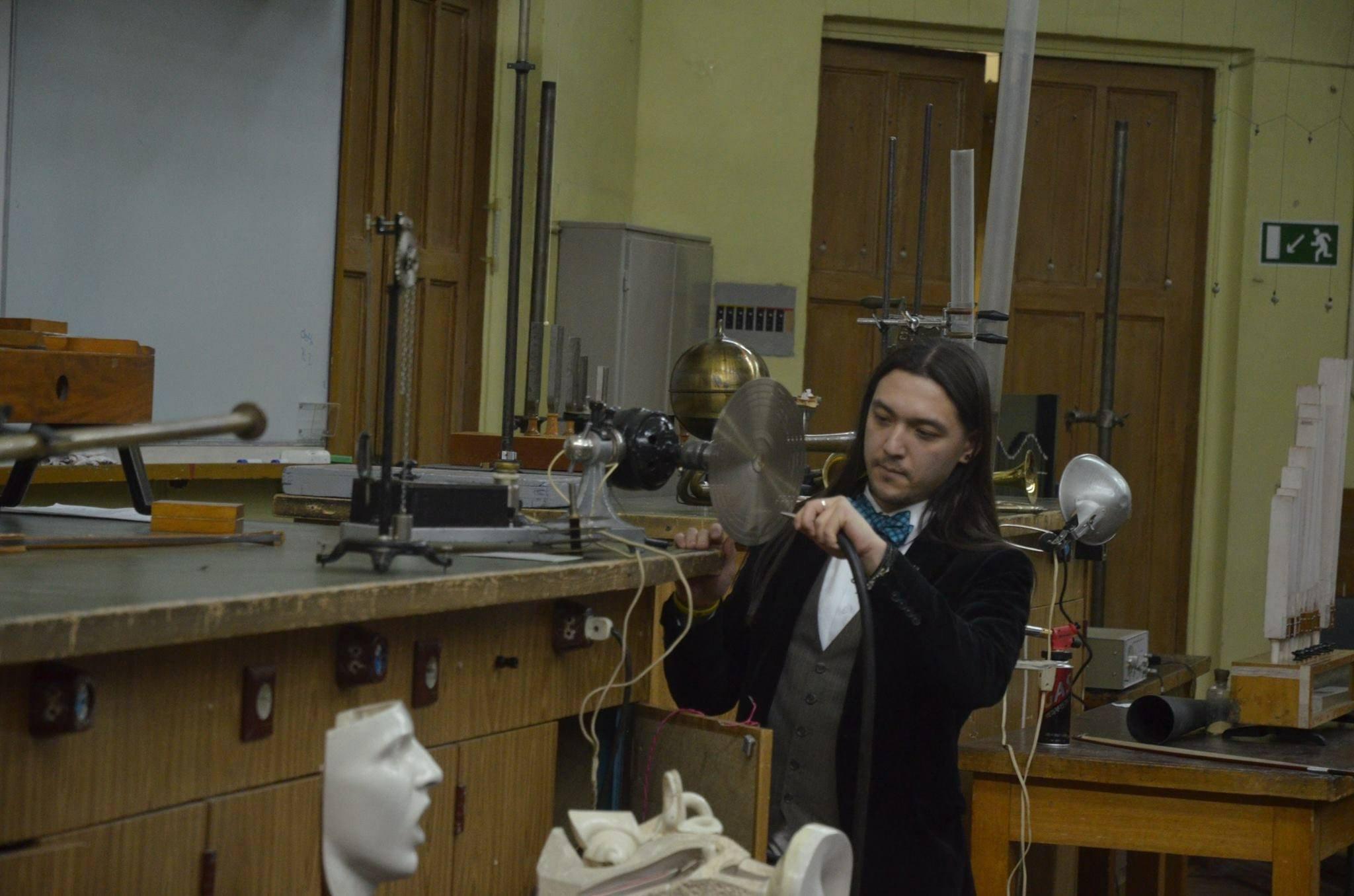 Павел Ан проводит эксперименты перед публикой