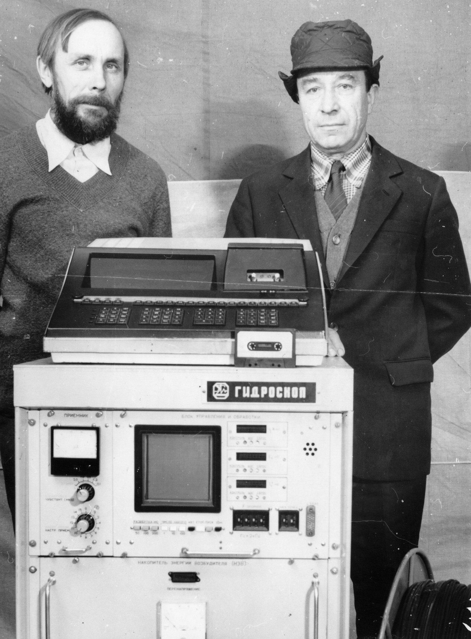 Рис. 1. Создатель «Гидроскопа» А. Г. Семёнов (справа) и радиомонтажник Н. П. Грахов около прибора. Из личного архива В. Д. Жидкова