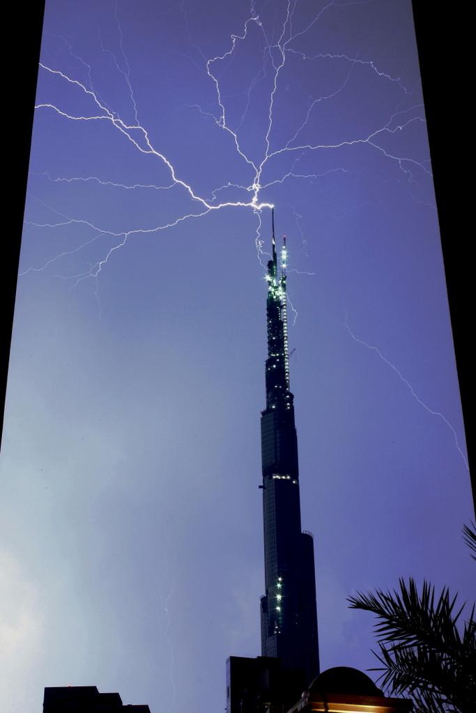 Восходящая молния от самой высокой в мире 828-метровой башни «Бурдж-Хали́фа» в Дубае. Фото: Университет Флориды