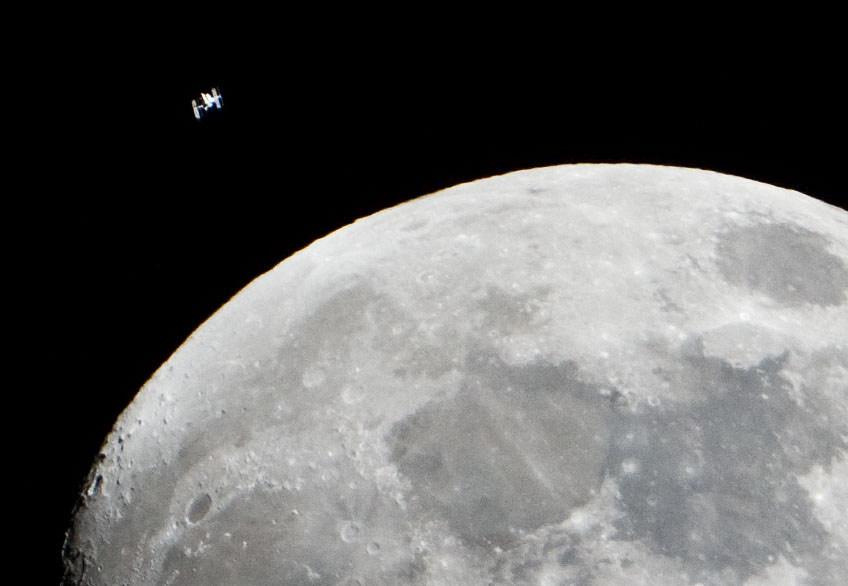 Поверхность Луны. На заднем плане — МКС. NASA/Lauren Harnett