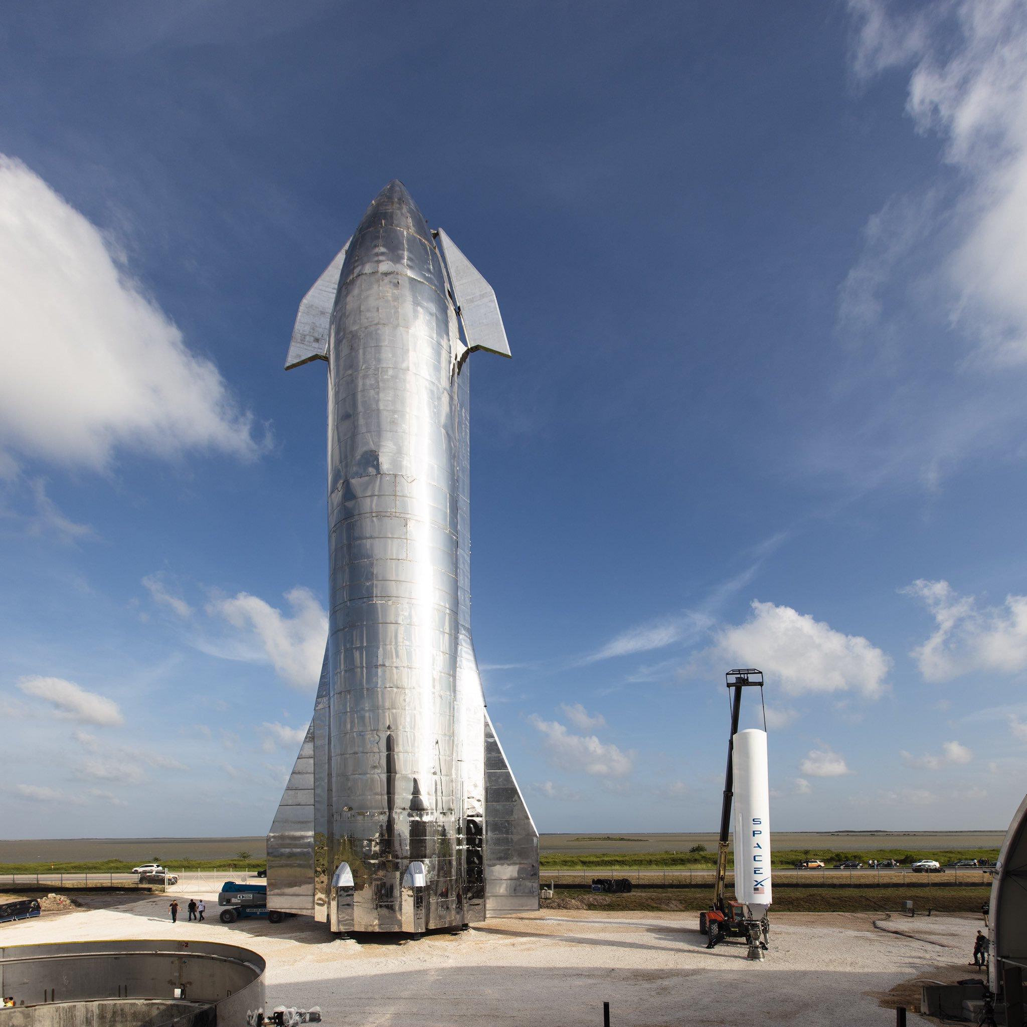 Первый прототип космического корабля Starship рядом с ракетой-носителем Falcon 1. Сентябрь 2019 года. Фото SpaceX