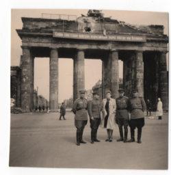 Берлин, май 1945 года. Демобилизоваться лейтенанту Елене Каган удалось лишь в октябре, но переодеться в гражданское разрешили уже в мае