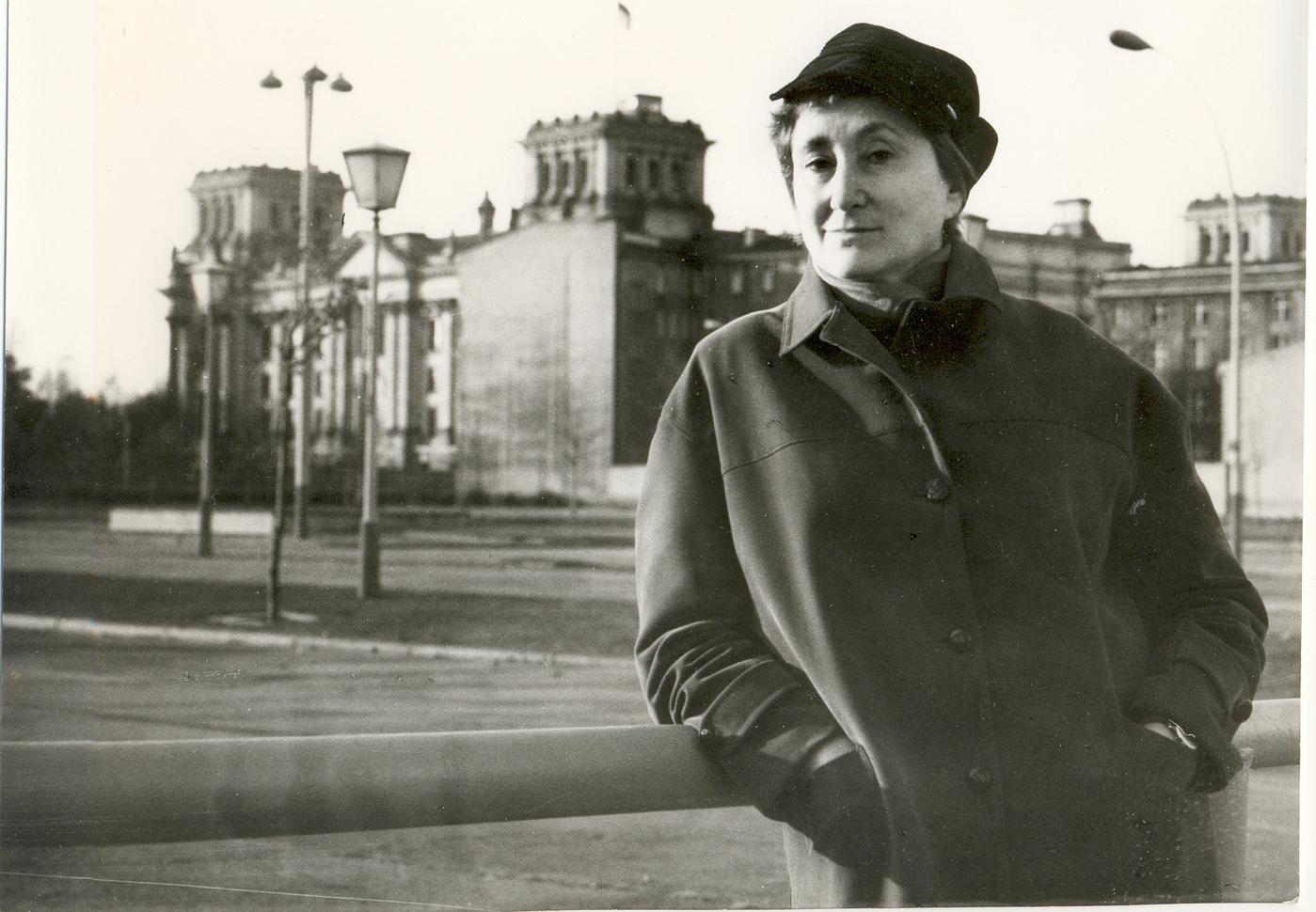 Елена Ржевская на месте разрушенного фюрербункера поблизости от границы между двумя Берлинами, 1973 год