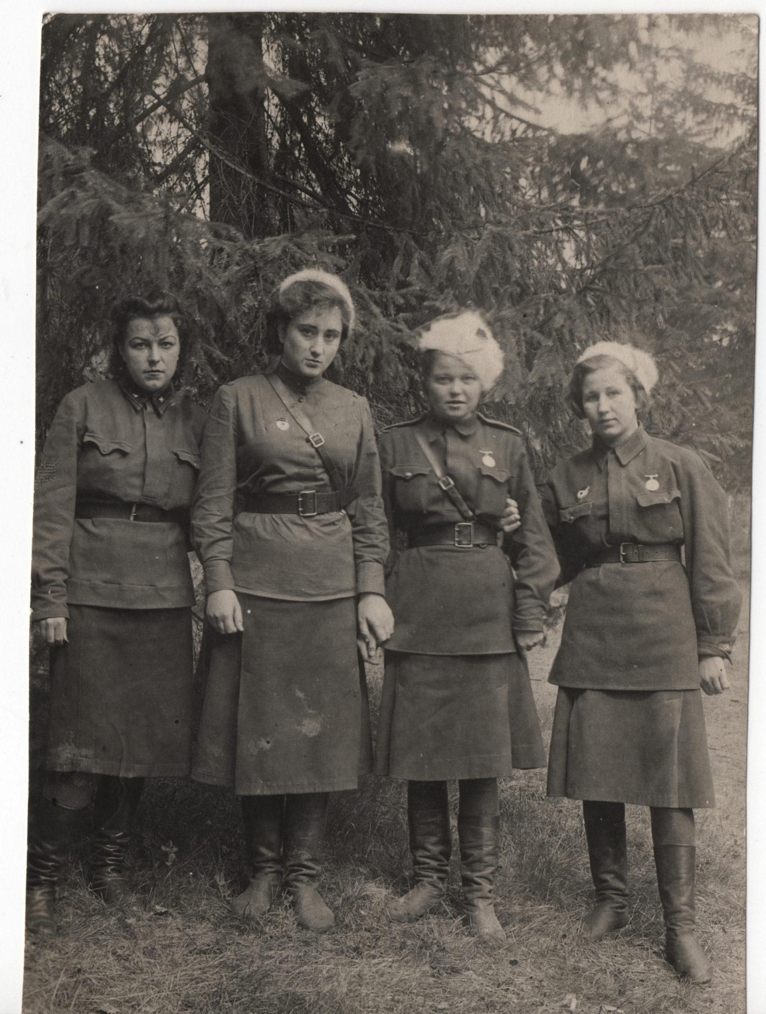 Елена Каган и ее фронтовые подруги. 30 мая 1943 года