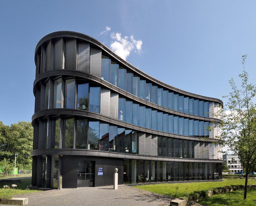 Здание Центра медицины и биотехнологии имени Н. В. Тимофеева-Ресовского в Берлин-Бухе (Германия), открытого в 2006 году. «Википедия»