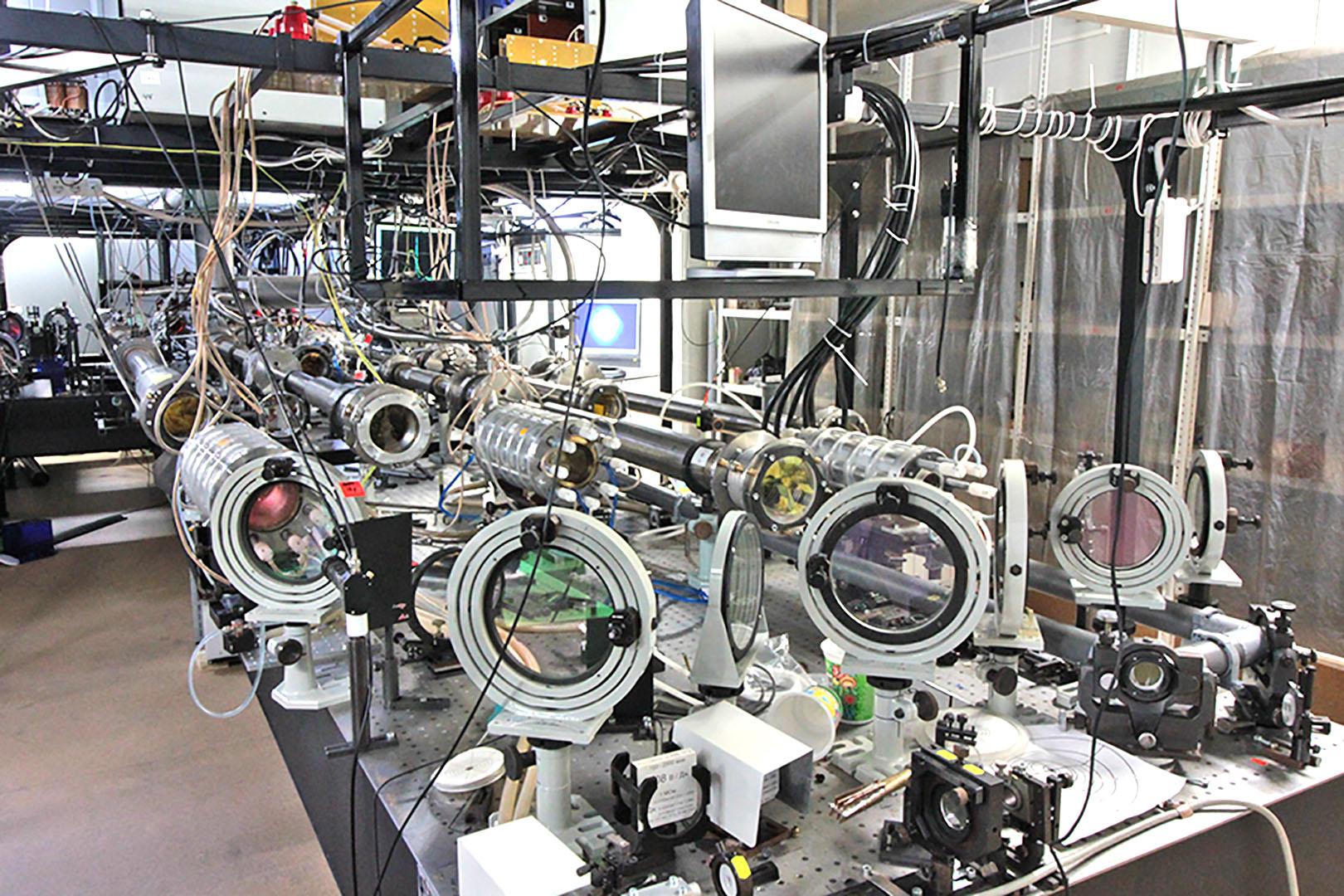 Установка PEARL (PEtawatt pARametric Laser) в ИПФ РАН. Фото А. Шайкина
