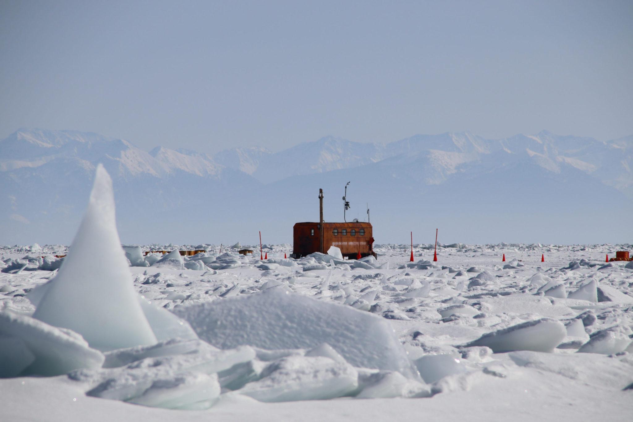 Ледяные торосы на оз. Байкал, образовавшиеся из-за сильного ветра, сломавшего ледяной покров водоема. За все 40 лет байкальских экспедиций исследователи столкнулись с таким явлением впервые. Фото Б. Шайбонова (ОИЯИ)