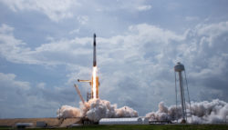 Старт ракеты-носителя Falcon 9 Block 5 с кораблем Crew Dragon