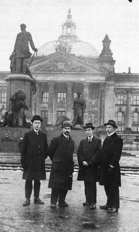 Визит в Берлин (1919). Оорт (второй справа) с друзьями стоит перед Рейхстагом