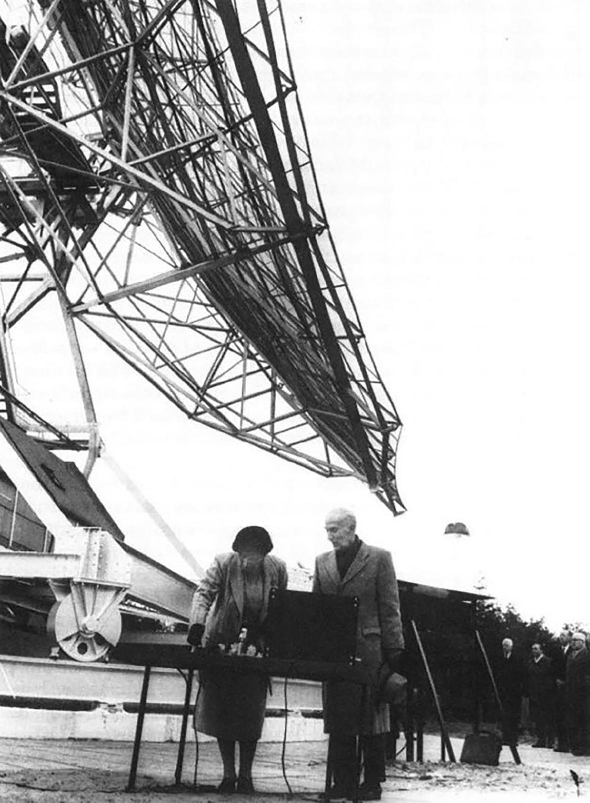 Официальное открытие в 1956 году 25-метрового телескопа Двингело королевой Юлианой и Я. Х. Оортом