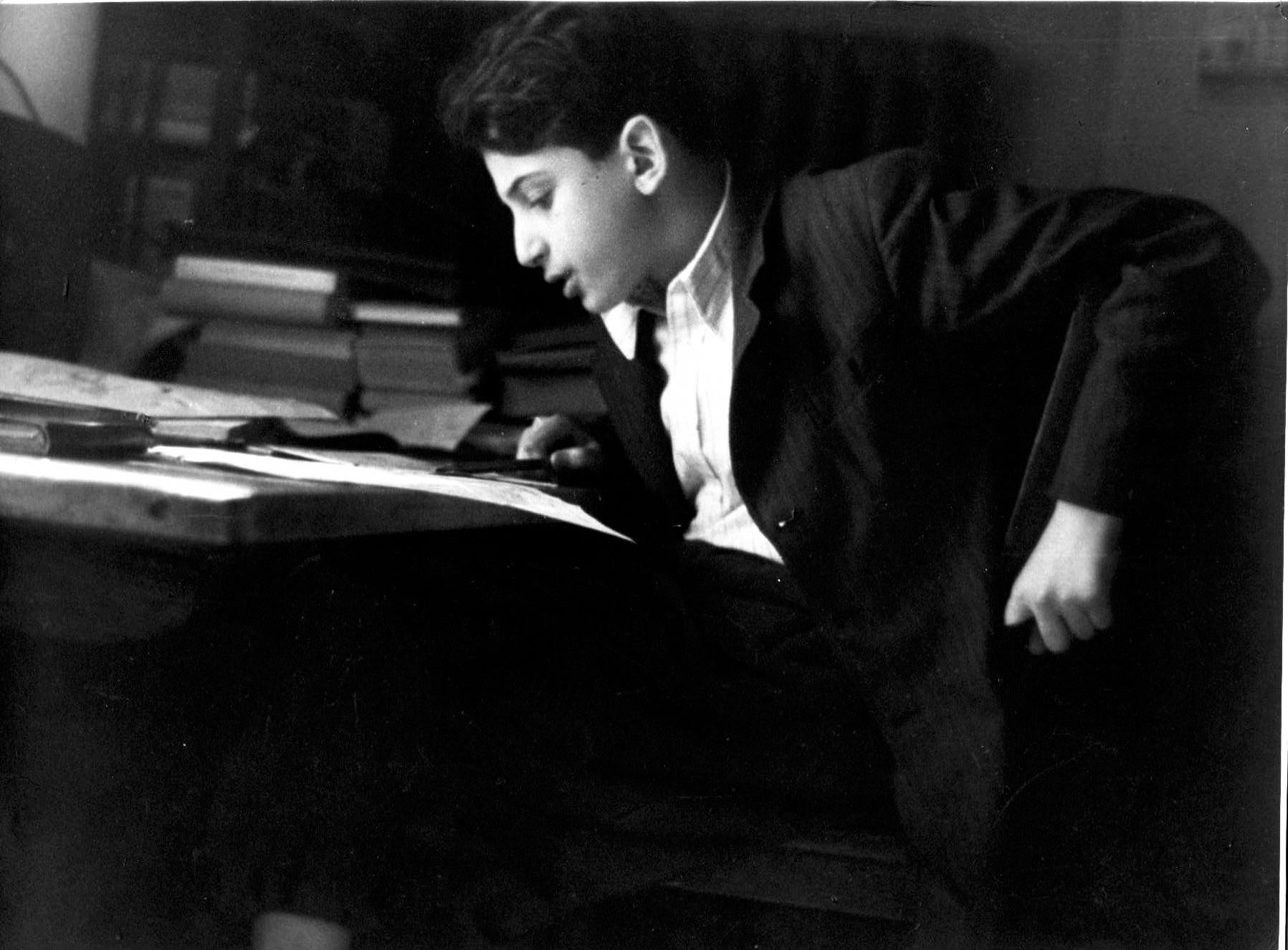 В молодости за учебниками