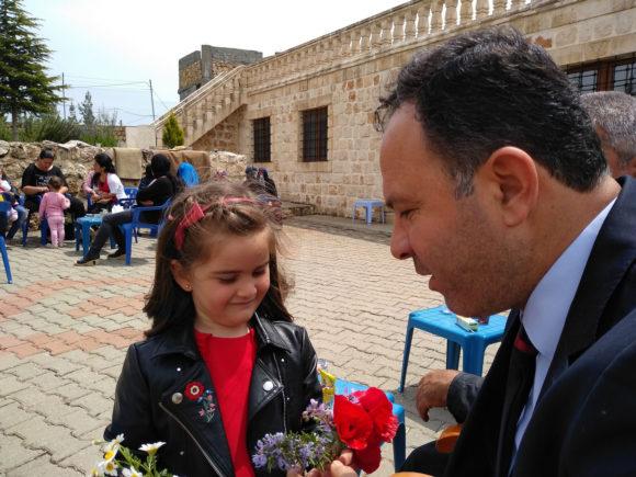 Ильяс Иран с дочкой в родной деревне Кфарзе. Светлый понедельник, 2019