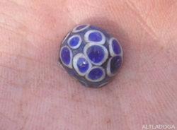 Глазчатая бусина, найденная в ходе раскопок в Старой Ладоге в 2006 году [3]