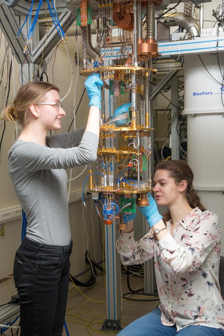 В лаборатории искусственных систем МФТИ: студентка Физтеха Елена Егорова и студентка совместной магистерской программы Сколтех-МФТИ монтируют образец в криостате. Фото из журнала «За науку» МФТИ