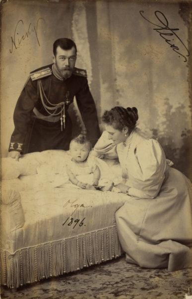 Николай II, Александра Фёдоровна и их дочь великая княжна Ольга Николаевна. Фото С. Левицкого, 1896 год