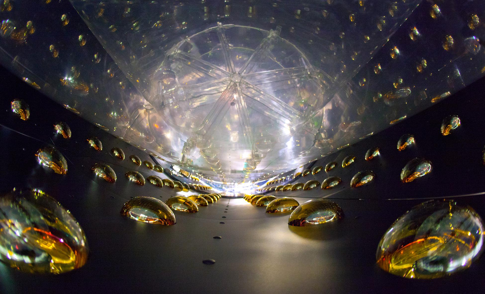 Один из восьми антинейтринных детекторов на АЭС Daya Bay в Китае. «Википедия»