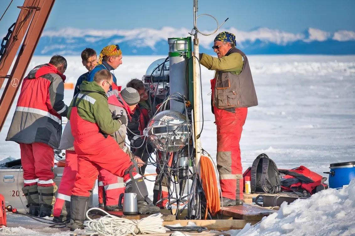Конструирование Байкальского нейтринного телескопа. Фото Б. Шайбонова (ОИЯИ)
