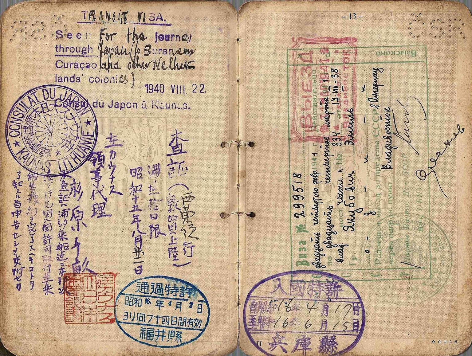 Документ чехословацкого гражданина Эмиля Якубовича с проставленным разрешением на въезд в Суринам, Кюрасао и другие колонии Нидерландов, транзитной визой Японии и выездной визой СССР («Википедия»)