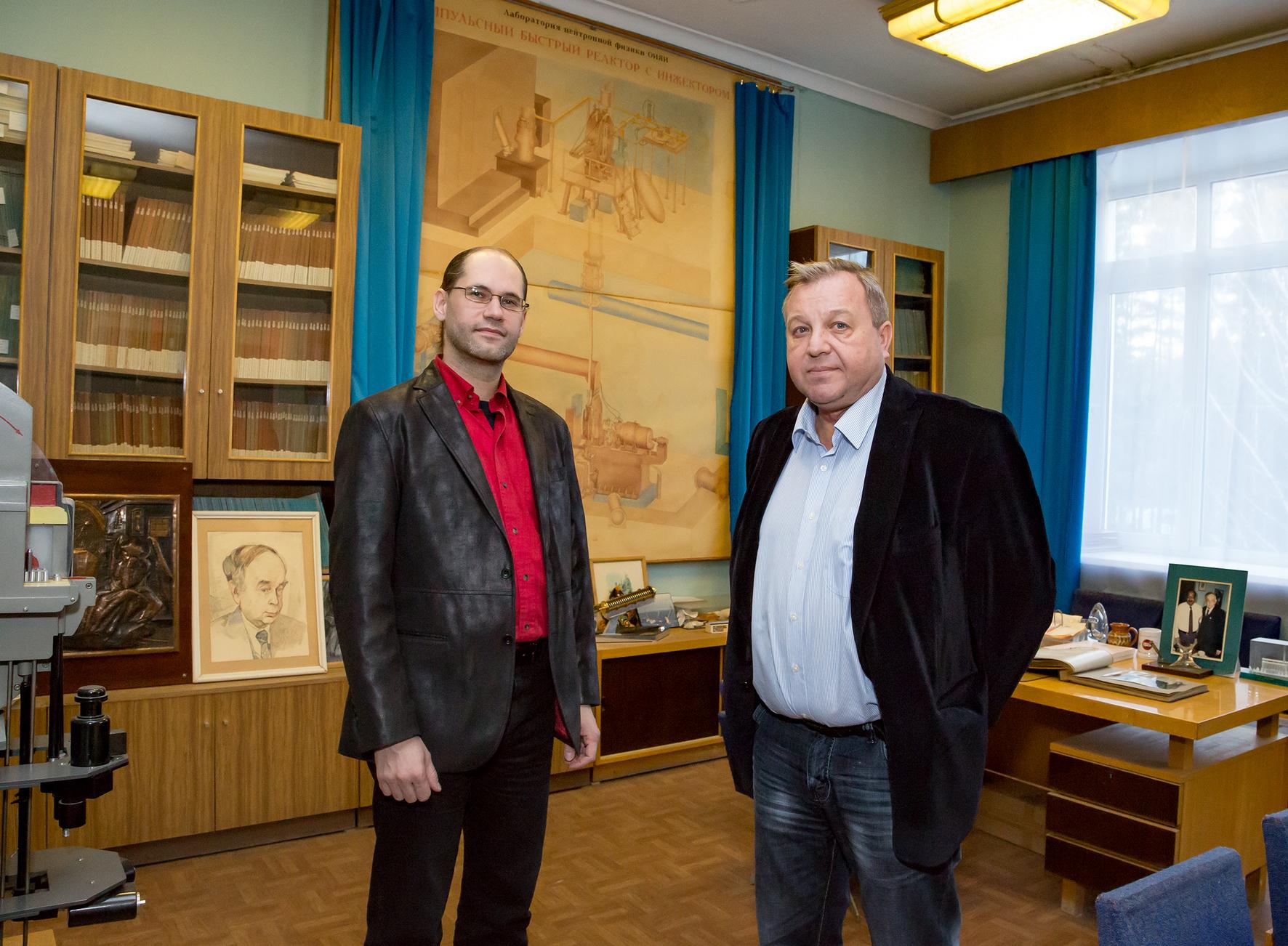 С директором Лаборатории нейтронной физики В. Н. Швецовым в кабинете И. М. Франка, 2015 год