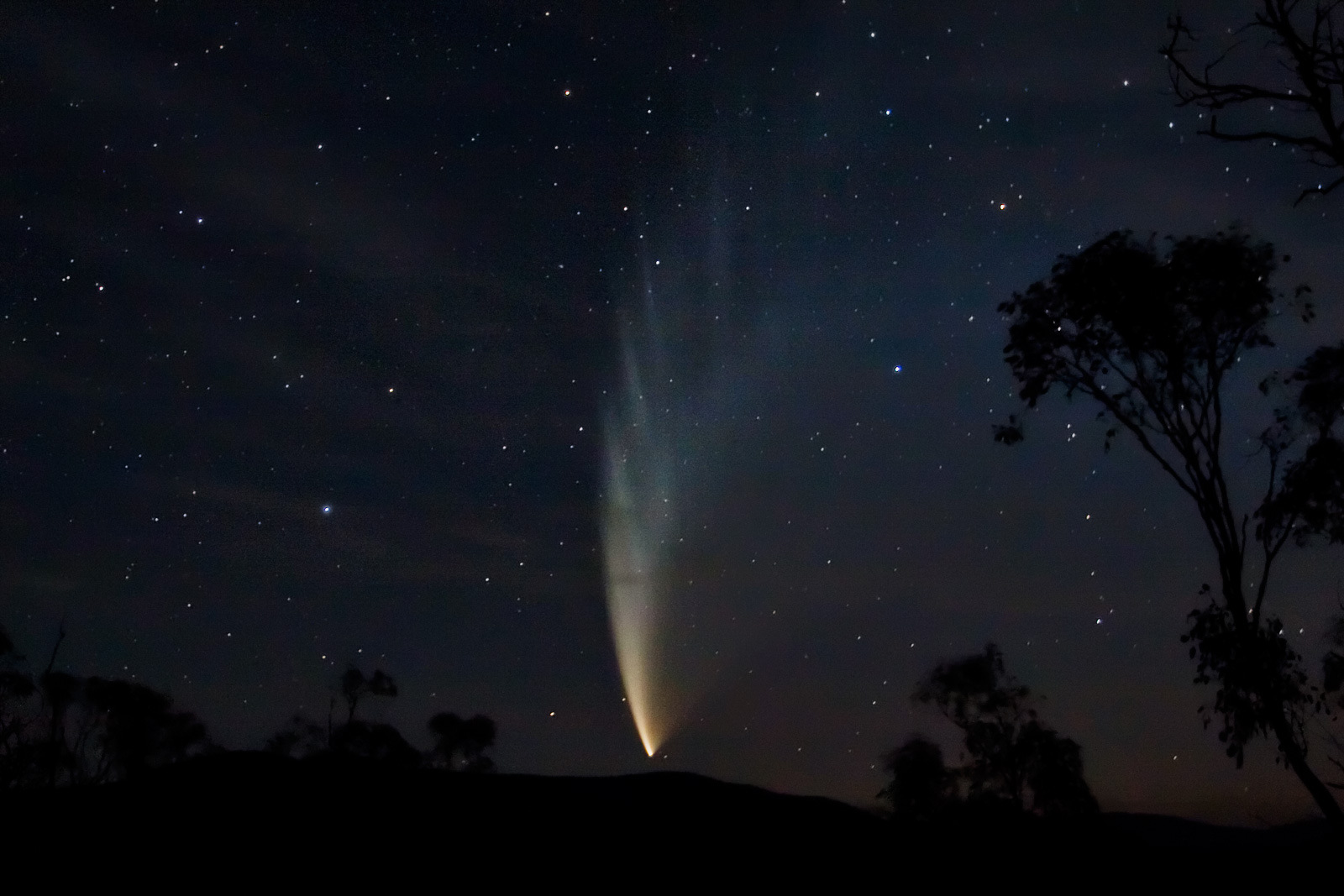 Нужно, впрочем, отметить, что в XXI веке наблюдалась гораздо более впечатляющая комета и в «менее примечательном» 2007 году — комета Макнота (C/2006 P1), известная также как Большая комета 2007 года, — долгопериодическая комета, открытая 7 августа 2006 года шотландским астрономом Робертом Макнотом. Однако та прошлая «небесная странница», посрамившая комету Хейла — Боппа, радовала в январе и феврале 2007 года лишь обитателей Южного полушария и только у самого горизонта порой могла наблюдаться в Северном. «Википедия»