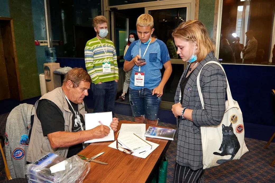 Борис Штерн подписывает свою книгу «Ковчег 47 Либра»