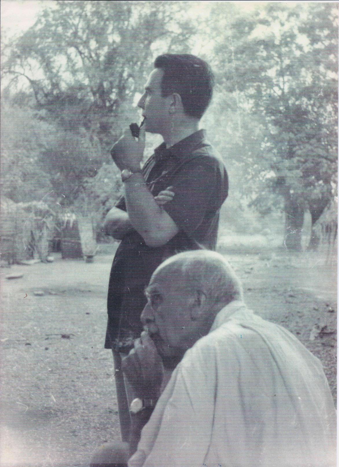 Джон Холдейн (справа) с итальянским генетиком Марчелло Синискалько в Индии, 1964 год. «Википедия»