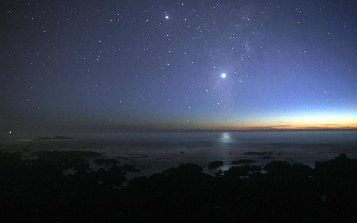 Фотография ночного неба над побережьем Тихого океана. Cвет Венеры отражается в воде. Фото Brocken Inaglory