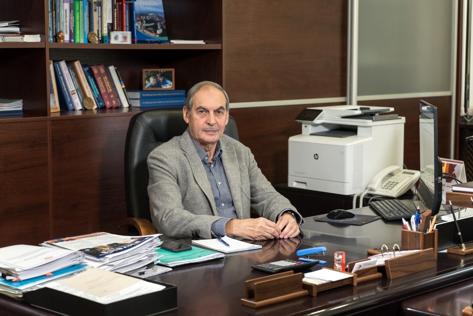 Леонид Кравчук в рабочем кабинете. Фото В. Миловидова