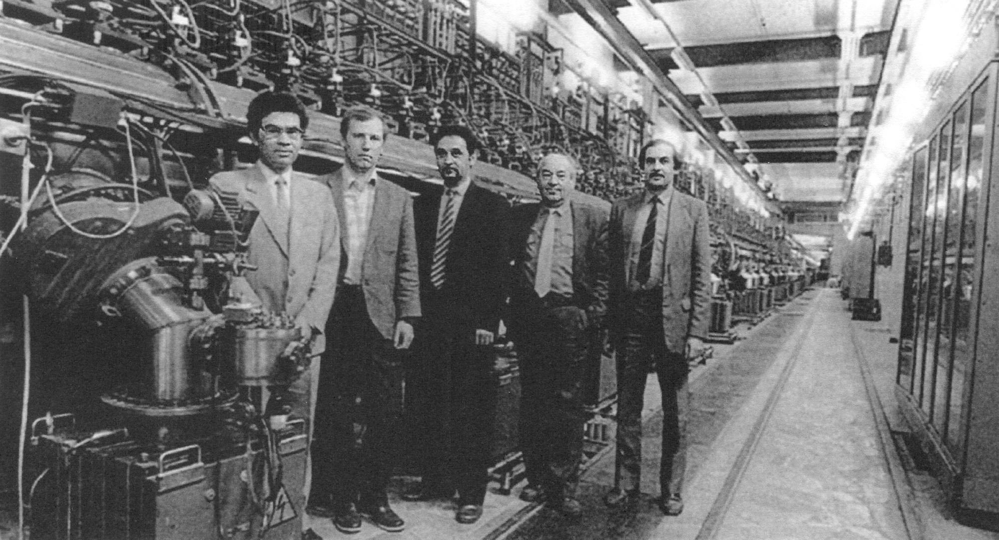 В тоннеле ускорителя после запуска его начальной части и получения энергии пучка 100 МэВ, 1990 год. Слева направо: П. Н. Остроумов, А. В. Фещенко, В. Л. Серов, С. К. Есин, Л. В. Кравчук. Из архива ИЯИ