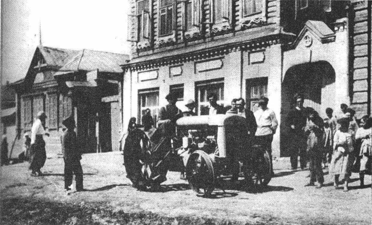 Квакерский трактор «Фордзон» около офиса американских квакеров в Сорочинске