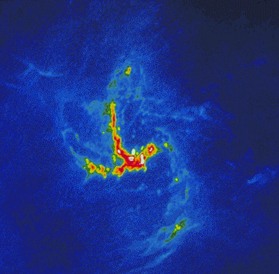 Рис.3. Диск диаметром около пяти парсек вцентре Галактики. Красныйизеленый цвета—изображение радиоинтерферометра всантиметровом диапазоне, голубойцвет—ближний инфракрасный диапазон. Илл. ссайта UCLA (astro.ucla.edu/~ghezgroup/)