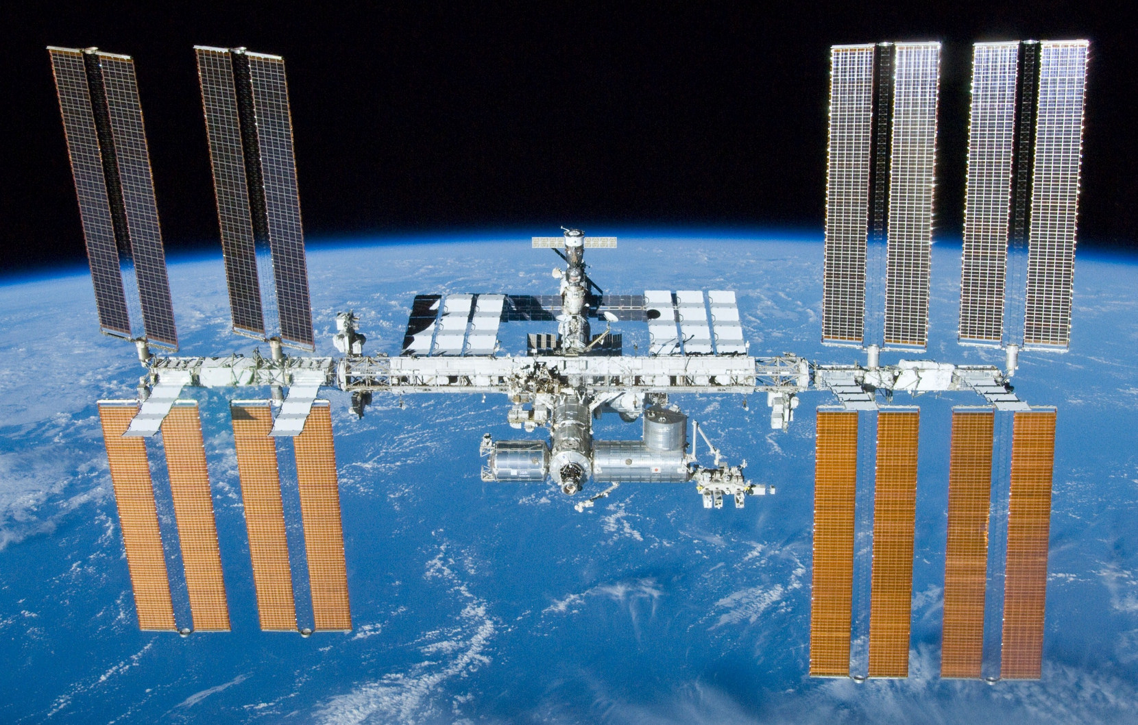 Международная космическая станция 23 мая 2010 года, вид с космического корабля «Атлантис» (миссия STS-132)