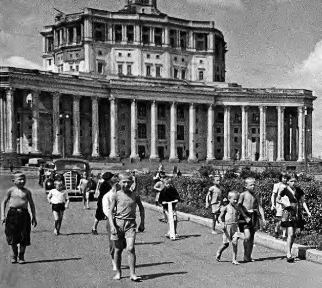 …я до 46-го года летом бегал по Москве босиком и в метро босиком ездил. Это было в порядке вещей… Помню, что в День Победы 9 мая 1945 года я, то ли по случаю великого праздника, то ли еще весенней прохлады, был на Красной площади в каких-то тапочках. Там меня чуть не задавили, а тапочки в давке потерялись (домой я пришел босиком). Привожу фрагмент известной фотографии Евзерихина 1940 года, на которой видны босоногие московские мальчишки...