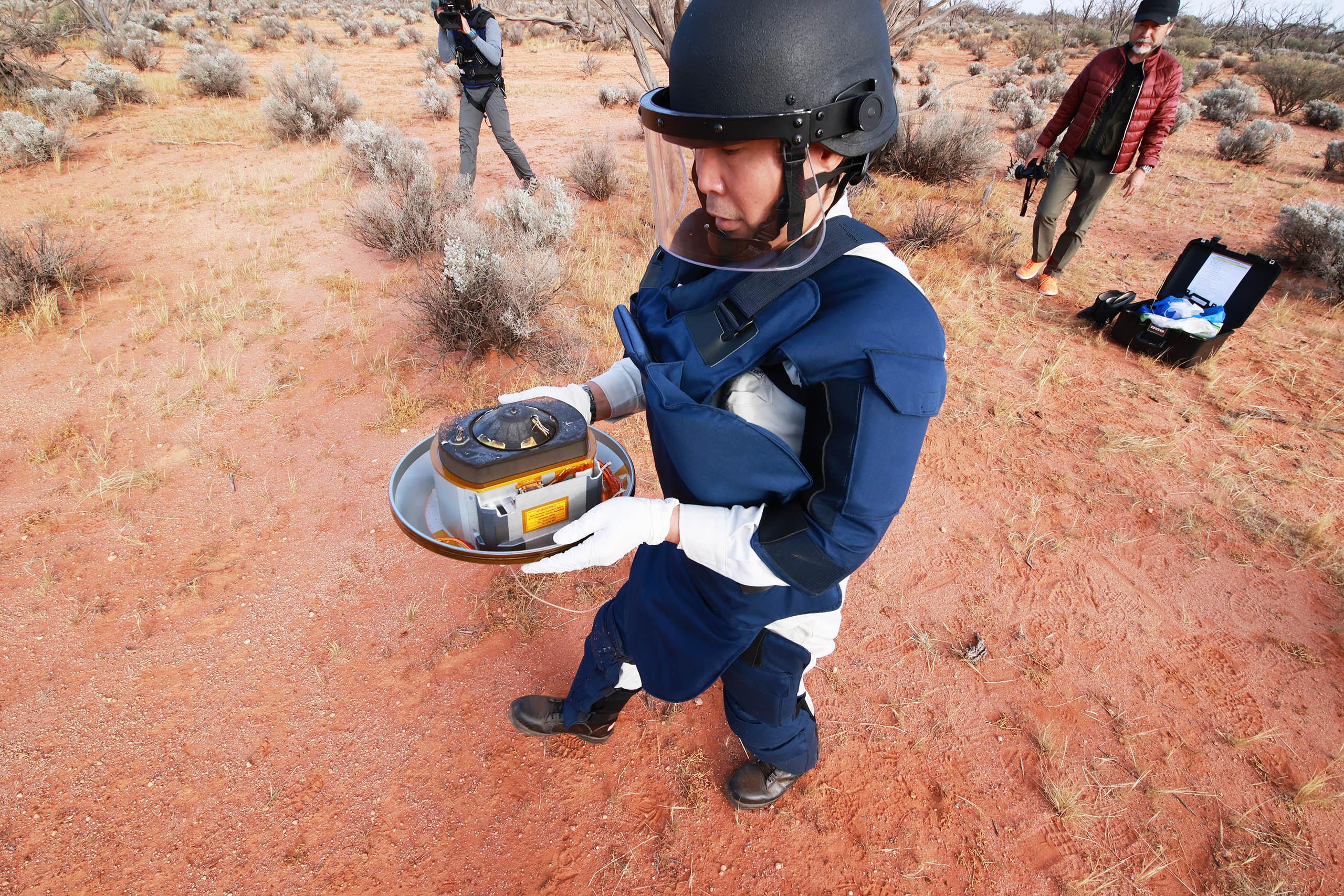 Специалисты Японского космического агентства нашли спускаемую капсулу «Хаябусы‑2» на полигоне Вумера в центре Австралии. Фото Австралийского космического агентства