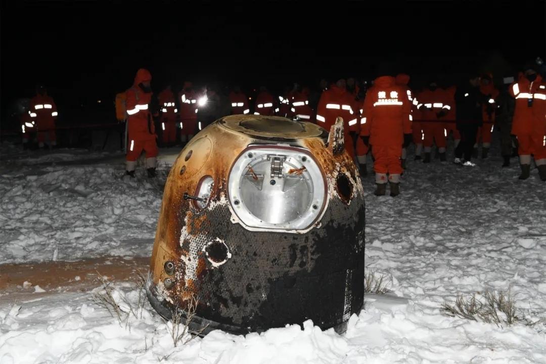 Спускаемый аппарат «Чанъэ‑5» с лунным грунтом после приземления во Внутренней Монголии. Фото ИА Синьхуа