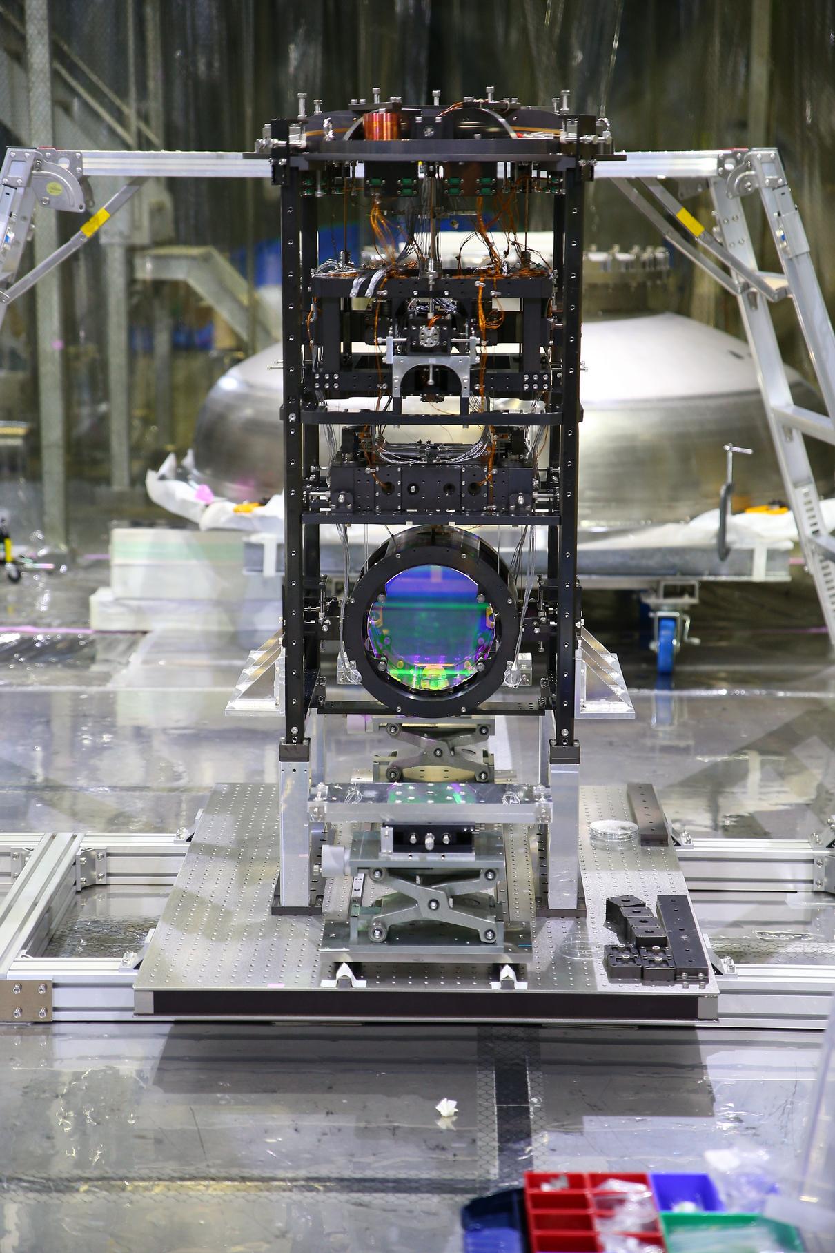 Рис. 2. Сапфировое зеркало установки KAGRA в криогенной системе подвеса. (c) Rohan Mehra, provided via ICRR, Univ. of Tokyo