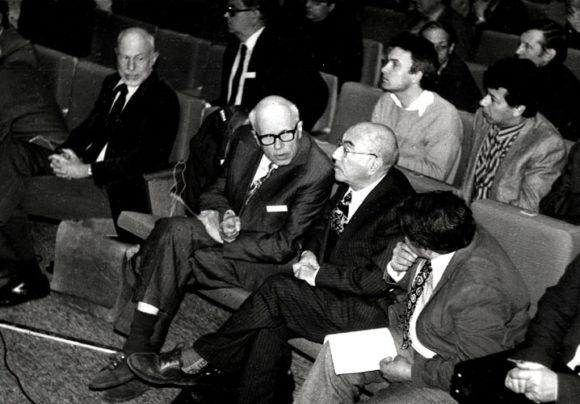 А. Д. Сахаров и Я. Б. Зельдович на Четвертом международном семинаре по квантовой гравитации. Москва, 25 мая 1987 года. Фото с сайта www.sakharov-archive.ru/Photoalbum5.htm