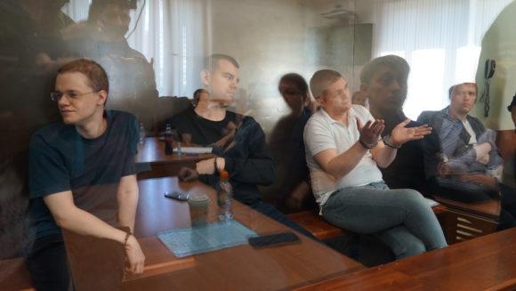 Даже в зале суда ребята сидят в наручниках. Фото Н. Деминой