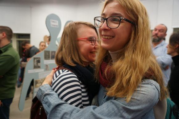 Ася Казанцева поддерживает Ирину Якутенко в ожидании объявления шорт-листа