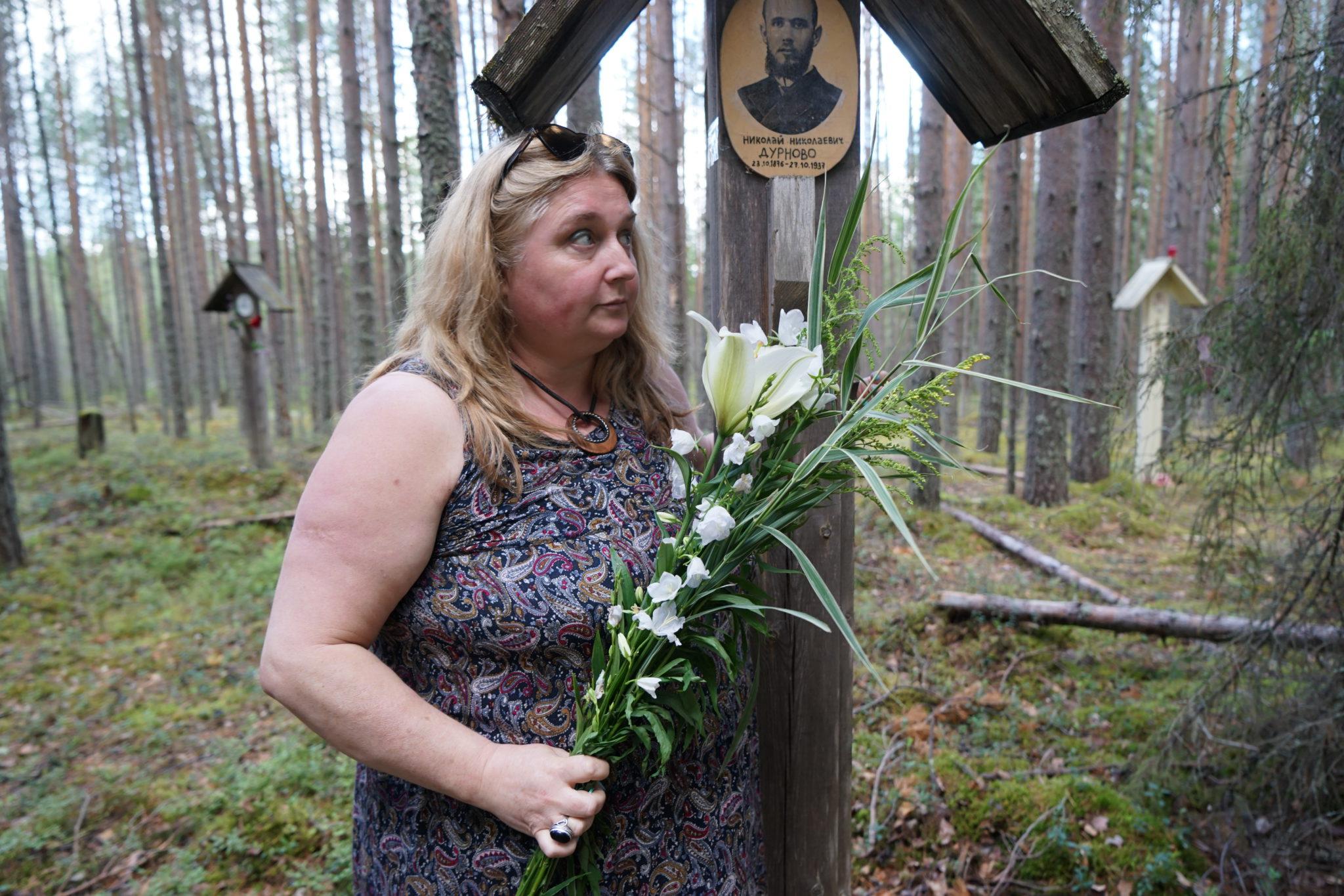 Ирина Левонтина у таблички памяти Н. Н. Дурново (1876-1937)
