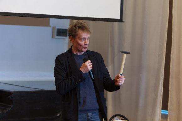 Сергей Попов подарил редакции ТрВ молоток. Фото И. Соловья