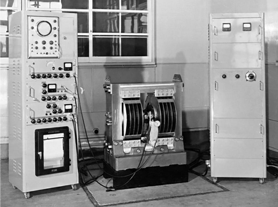 Предшественник JNM-3, первый прибор магнитного резонанса фирмы JEOL JNM-1 (1956) — с сайта JEOL — jeol.co.jp/en/products/nmr/history.html