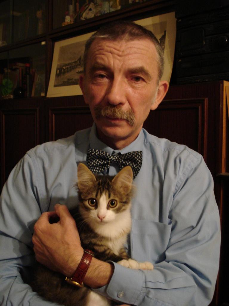 Александр Мещеряков с четырехмесячной кошкой Нюшей. Фото из личного архива